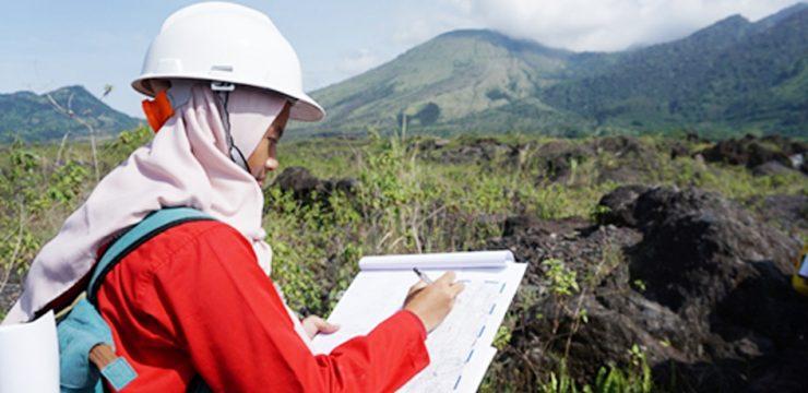 Sejumlah Mahasiswa Prodi Geologi FMIPA UI Lakukan Observasi Sisa Aliran Lava Gunung Guntur
