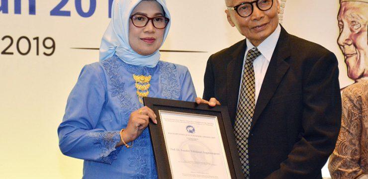 Berjasa di Bidang Ilmu Dasar, Guru Besar FMIPA UI Raih Penganugerahan Habibie Award Tahun 2019