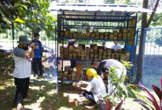 Tim Pengmas FMIPA UI Kolaborasi Beri Pelatihan Olah Lebah dan Sampah sebagai Sumber Pendapatan Rumah Tangga