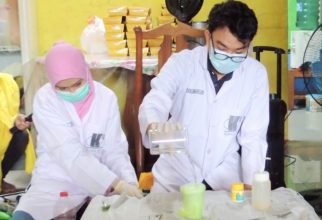 Dosen dan Mahasiswa FMIPA UI Ajak Siswa SD Mengenal Sains Lewat Ragam Percobaan Menarik